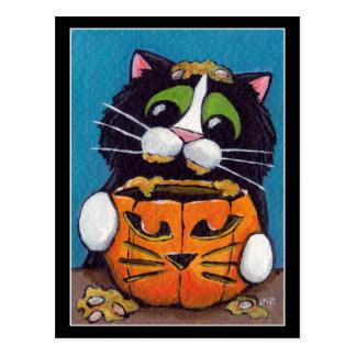 Smokings-Katze mit Halloween-Kürbis Postkarte