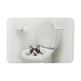 Smokings-Miezekatze in der Toilette Badematte