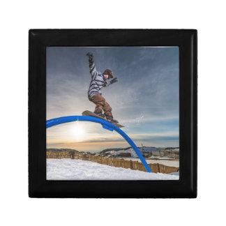 Snowboarder, der auf eine Schiene schiebt Erinnerungskiste
