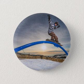 Snowboarder, der auf eine Schiene schiebt Runder Button 5,1 Cm