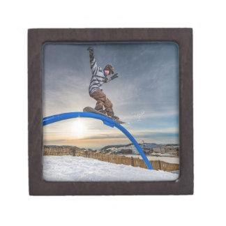 Snowboarder, der auf eine Schiene schiebt Schachtel
