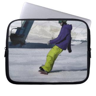 Snowboarder, der einen abschüssigen Lauf beendet Laptop Sleeve