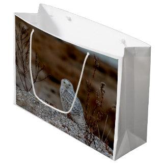 Snowy-Eule, die auf einem Felsen sitzt Große Geschenktüte