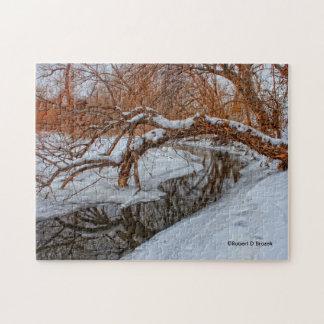 Snowy-Nebenfluss mit einem Baum PUZZLESPIEL Puzzle