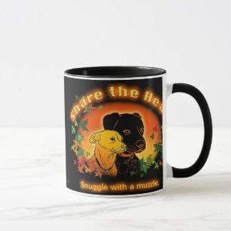 Snuggle mit einer Mündungs-Tasse Tasse