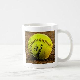 Softball auf dem Boden Kaffeetasse