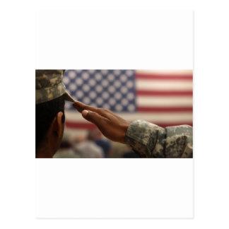 Soldat begrüßt die Staat-Flagge Postkarte
