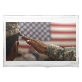 Soldat begrüßt die Staat-Flagge Stofftischset