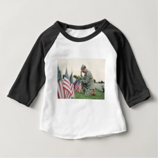 Soldat besucht Gräber am Volkstrauertag Baby T-shirt