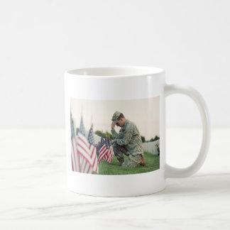 Soldat besucht Gräber am Volkstrauertag Kaffeetasse