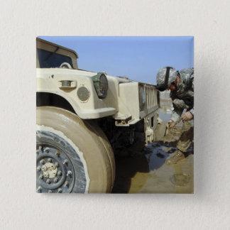 Soldat löst ein Seil, um ein humvee zu schleppen Quadratischer Button 5,1 Cm