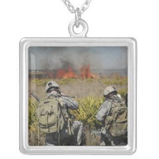 Soldatanruf in den Informationen Versilberte Kette