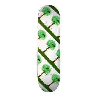 SommerLovebirds, die in einem Baum der Herzen Bedruckte Skateboarddecks