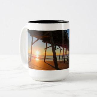 Sonnenaufgang am Bogue-Einlass-Pier Zweifarbige Tasse