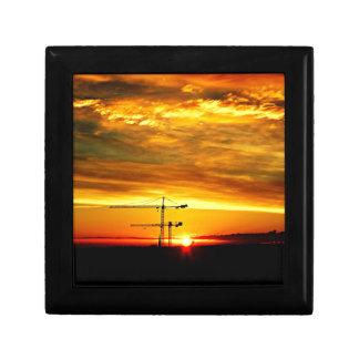 Sonnenaufgang, der Kräne silhouettiert Erinnerungskiste