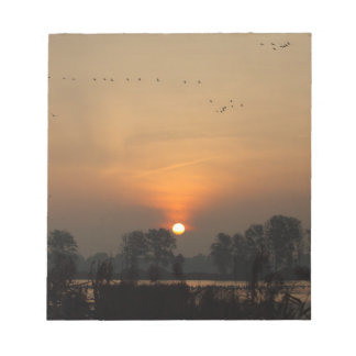Sonnenaufgang in einem See mit Fliegenvögeln Notizblock