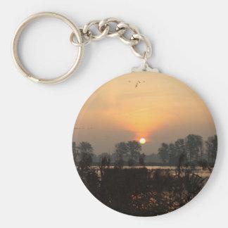 Sonnenaufgang in einem See mit Fliegenvögeln Schlüsselanhänger