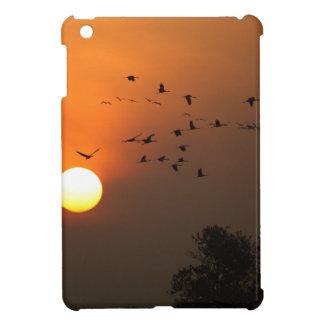 Sonnenaufgang mit Mengen der Fliegenkräne iPad Mini Hülle