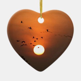 Sonnenaufgang mit Mengen der Fliegenkräne Keramik Herz-Ornament