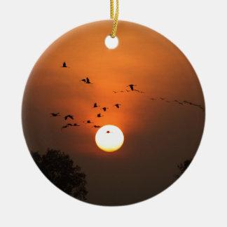 Sonnenaufgang mit Mengen der Fliegenkräne Rundes Keramik Ornament