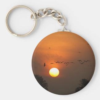 Sonnenaufgang mit Mengen der Fliegenkräne Schlüsselanhänger