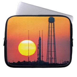 Sonnenaufgang-Produkteinführung der NASAs Antares Laptopschutzhülle