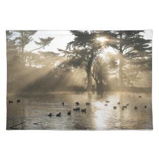 Sonnenaufgang-Schwimmen in dem Enten-Teich Stofftischset