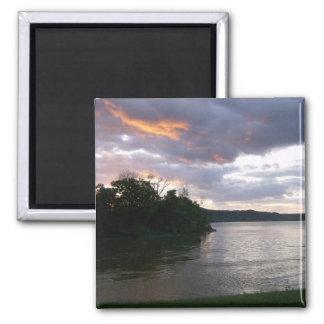 Sonnenaufgang über Fluss am Punkt-Park Magnete