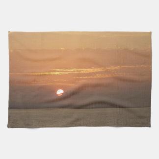 Sonnenaufgang über Meerblick Arubas I Karibisches Küchentuch