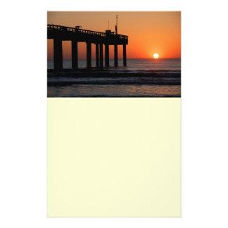 Sonnenaufgang über Ozeanfischen-Pier-Flyer 14 X 21,6 Cm Flyer