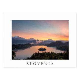 Sonnenaufgang über See blutete weiße Postkarte