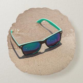 Sonnenbrille auf dem Strand-runden Kissen