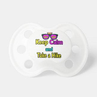 Sonnenbrillen behalten Ruhe und nehmen eine Schnuller