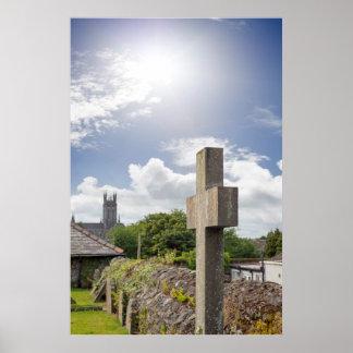 Sonnenschein über Kreuz am alten Friedhof Poster