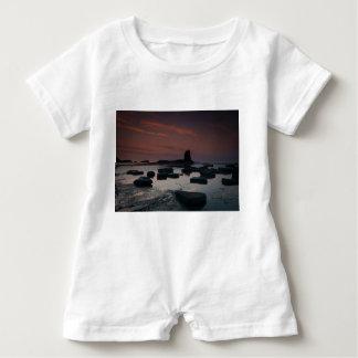 Sonnenuntergang an Saltwick Bucht Baby Strampler