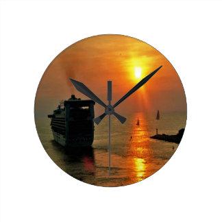 Sonnenuntergang auf einem Kreuzschiff Runde Wanduhr