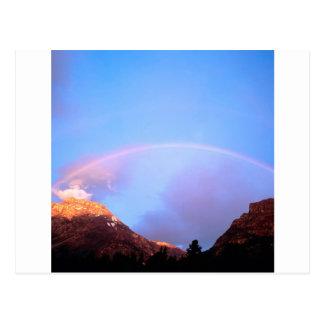 Sonnenuntergang, der die Spitzen Alberta malt Postkarte