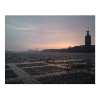 Sonnenuntergang im Regen über StockholmRathaus Postkarte
