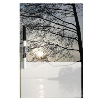 Sonnenuntergang im Winterbaum in dem See Memoboard