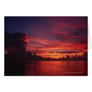 Sonnenuntergang in Meer mit dunklen Wolken Karte