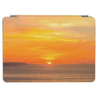 Sonnenuntergang-Küste mit orange Sun und Vögeln iPad Air Hülle