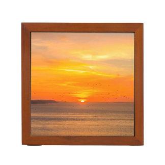 Sonnenuntergang-Küste mit orange Sun und Vögeln Stifthalter