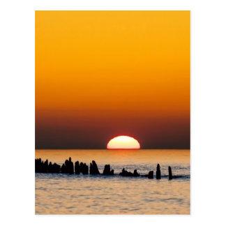 Sonnenuntergang mit Angler auf Ufer der Ostsee