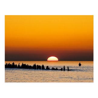 Sonnenuntergang mit Angler auf Ufer der Ostsee Postkarte