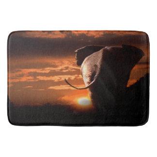 Sonnenuntergang mit Elefanten Badematten