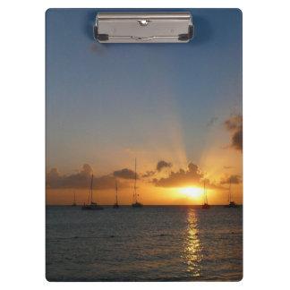 Sonnenuntergang mit Segelboot-tropischem Klemmbrett
