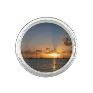 Sonnenuntergang mit Segelboot-tropischem Ring