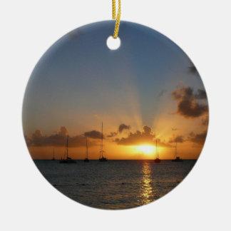 Sonnenuntergang mit Segelboot-tropischem Rundes Keramik Ornament
