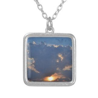 Sonnenuntergang mit Teacup-Wolken-Bildung durch Versilberte Kette
