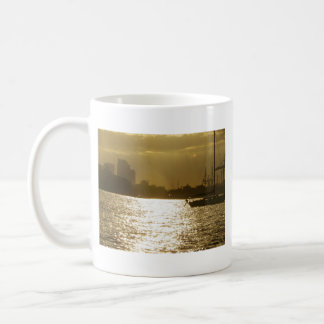Sonnenuntergang-Schnellboot-u. Kaffeetasse